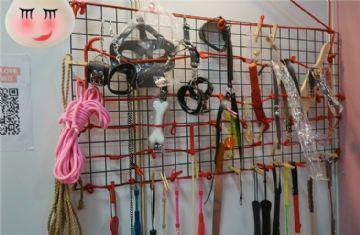 台湾成人博览�j望大街的SM�^,超多道具的