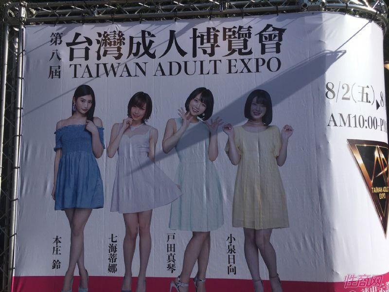 展馆前的大幅海报