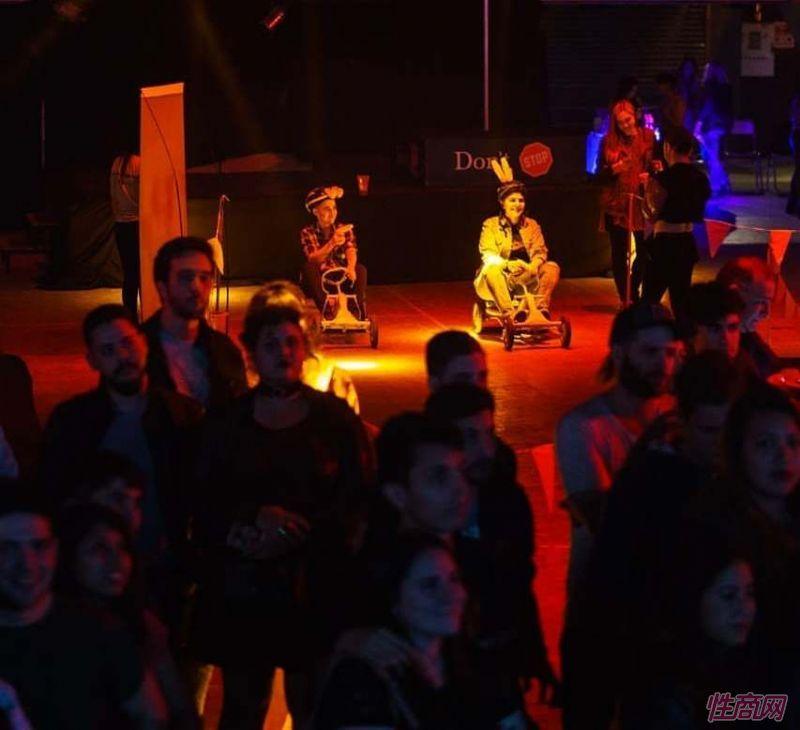人们在其中一个舞台上观看表演,在晚上8点至晚上10点进行约会活动