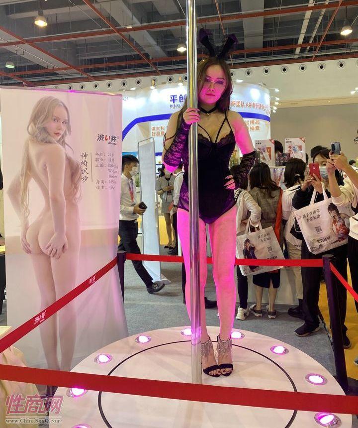 涩井展区的模特钢管舞秀精彩纷呈