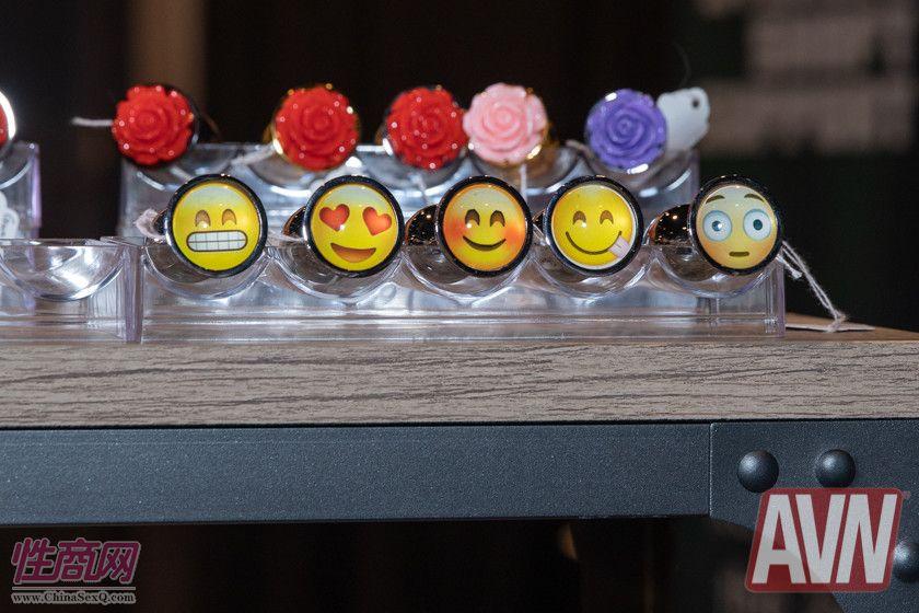 肛塞底部竟然贴上了emoji表情