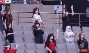 韩国足球联赛摆放实体娃娃营造气氛