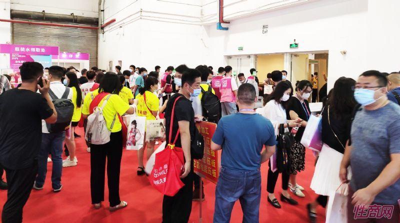 展会入口聚集了大量观众