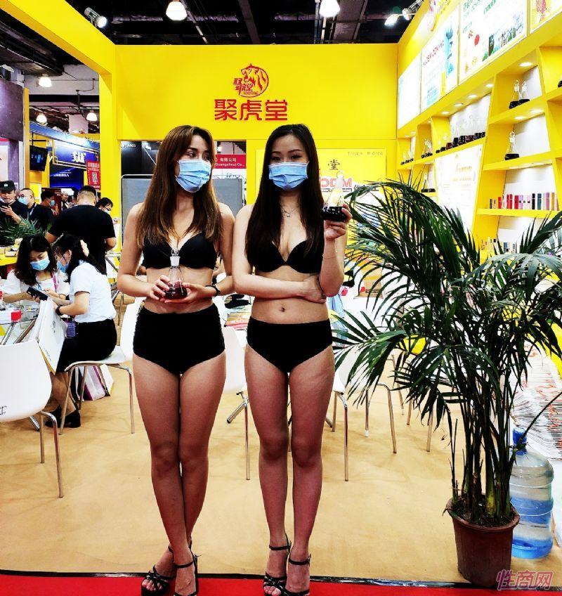 聚虎堂邀请模特展示自家原液,吸引品牌商来做代工