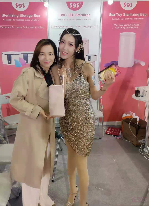 美女展商和模特合影